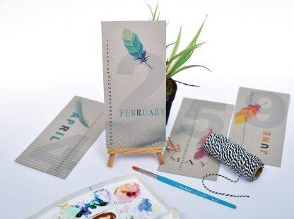 לוח שנה מעוצב, ״לוח עד״ אישי, דגם נוצות, מודפס על קרטון קראפט אפור