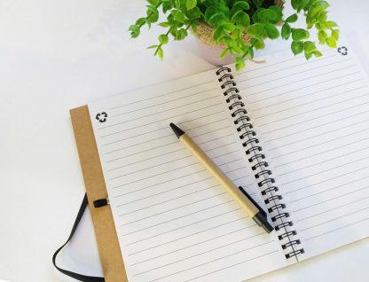 קולקציית משפטי השראה: GOOD THINGS TAKE TIME, ממותגת אישית, מודפס על קרטון קראפט חום, הסט כולל: מחברת עם עט וסימניה, ממו-מגנט ולוח שנה, בעיצוב תואם