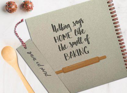 מחברת מתכוני אפיה אישית מעוצבת, עם שם ומשפט השראה: ״Nothing says Home like the smell of Baking״