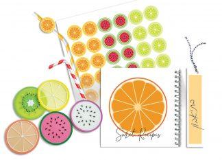 """קולקציית מחברת מתכונים בעיצוב """"פירות"""" – סט הכולל: מחברת מתכונים אישית עם שם וסימניה, מדבקות ותחתיות לכוסות תואמות"""