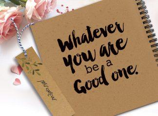 מחברת מעוצבת עם שם ומשפט השראה: ״Whatever you are be a good one״