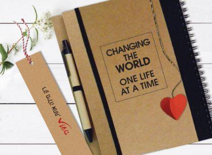 מחברת מתנה אישית למורה, עם סימניית לב תלת-מימדי, משפט השראה: ״Changing The World One Life At a Time״