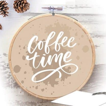 זמן לקפה - משפט השראה מודפס על חישוק רקמה